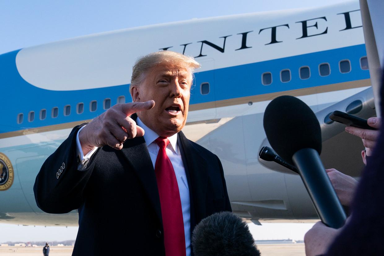 President Donald Trump praat tegen journalisten voor hij aan boord gaat voor een reis naar de Amerikaans-Mexicaanse grens. Beeld AP