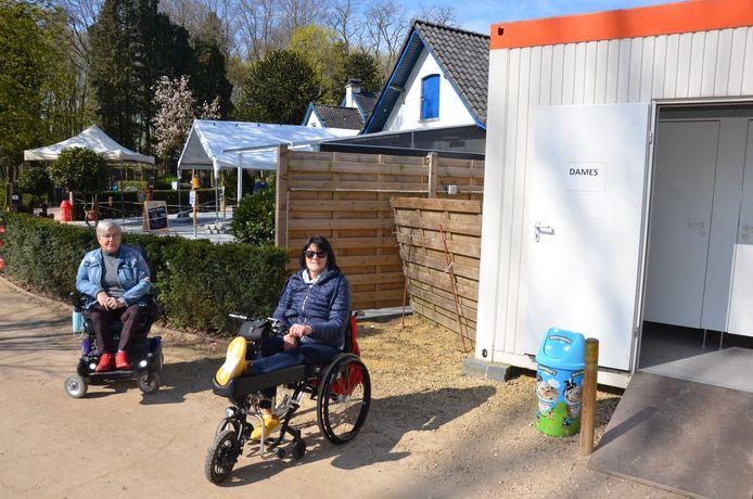 Rolstoelgebruikers Myriam en Fré dringen aan op een toegankelijk toilet voor mensen met een beperking in het Bospark.