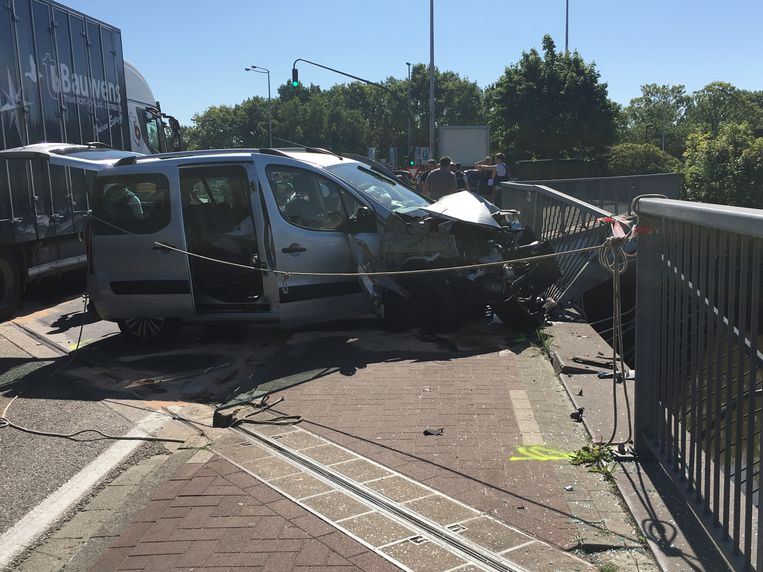 Een wagen botste tegen de omheining die de Dijle langs de rijbaan afschermt, een andere personenwagen belandde op zijn dak.