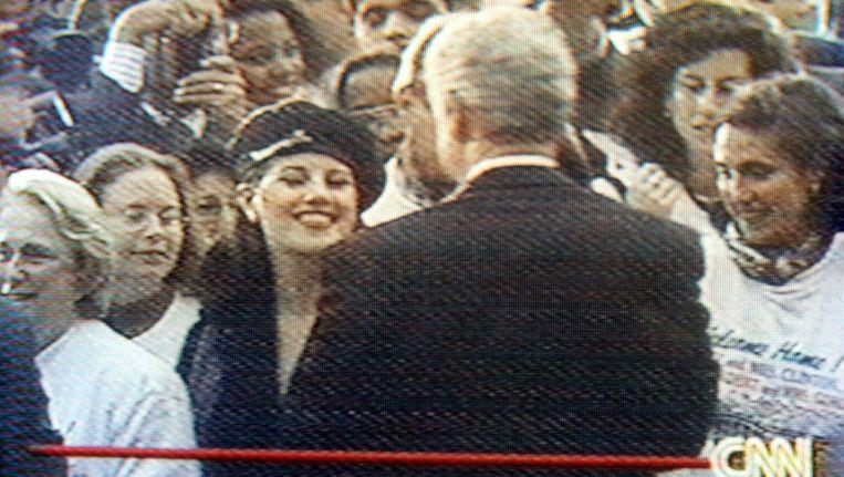 President Clinton groet Monica Lewinsky in november 1996 in de tuin van het Witte Huis. Beeld anp