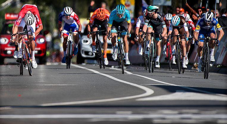 Mathieu van der Poel ( links ) wint vanuit een vrijwel hopeloze positie de Amstel Gold Race met een hele lange en verschroeiende eindsprint. Beeld Klaas Jan van der Weij