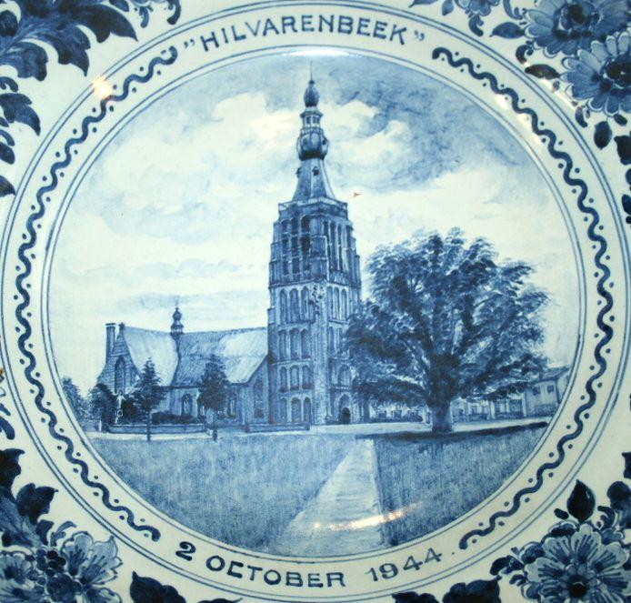 Delftsblauw bord dat Gerard Kuijpers in flinke oplage liet maken om eraan te herinneren dat hij de kerktoren van Hilvrenbeek op 2 oktober 1944 heeft gered.
