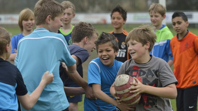 Archieffoto van rugby spelende kinderen in Gouda