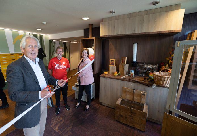 De opening van de 'dementheek' op de Vitalis-locatie Berckelhof werd gisteren verricht door oud-PSV'er Harry Lubse; met rechts naast hem Gerard Groenen en initiatiefnemer Sylvia van Aggel.
