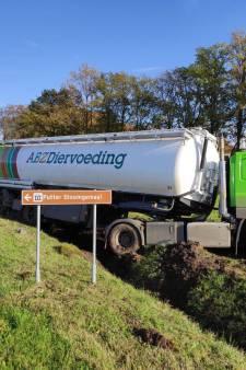 Vrachtwagen komt in sloot terecht na botsing in Putten