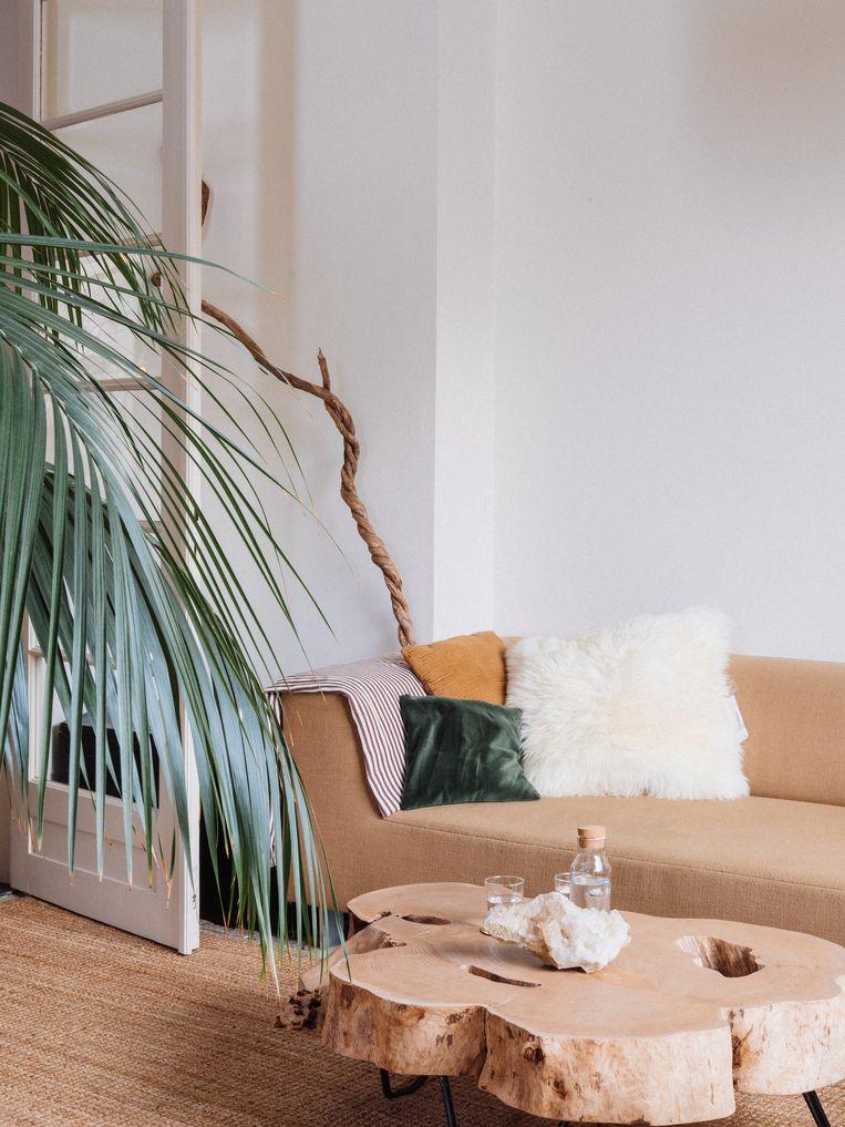 Natuurlijke materialen en minimalistische accessoires vervolledigen het interieur.