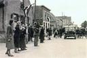 De geallieerde bevrijders komen 's-Gravendeel binnenrijden en worden feestelijk onthaald in de Langestraat.