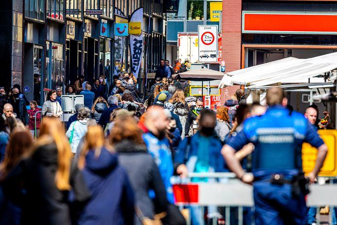 In de binnenstad van Dordrecht is het zaterdag druk. Veel mensen gaan weer een dagje shoppen nu de winkels en terrassen weer geopend zijn.