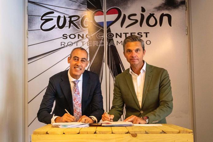 Wethouder Kasmi en NOS-directeur Gerard Timmer tekenen het contract voor het songfestival in Rotterdam 2020.