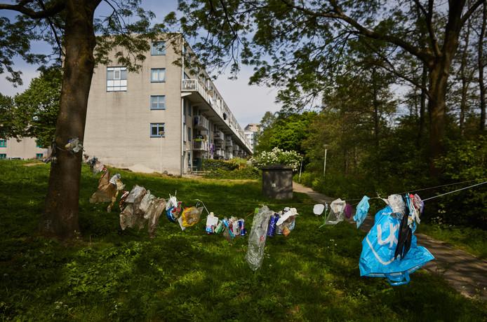De waslijn met afval die door buurtbewoners is opgehangen.
