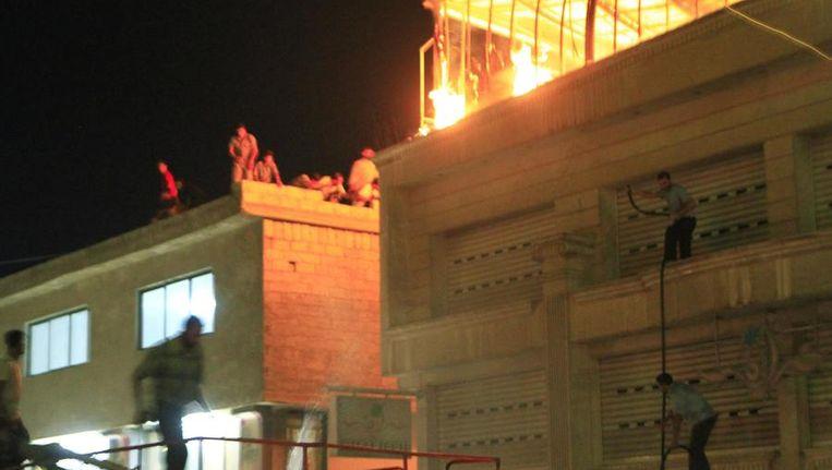 Brand die ontstaan zou zijn na een bombardement in de buitenwijk Saqba van Damascus. Beeld reuters