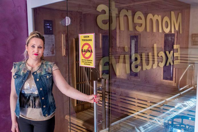 Vanessa Veen bij de gesloten saunaruimte in één van haar 'wellnesssuites'.