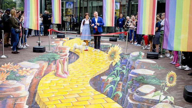 Directeur Axel Rüger opende de Yellow Brick Lane, samen met hond 'Toto' en 'Dorothy'. Beeld anp