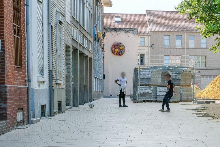 Gezien de kinderen geen speelplein meer hebben, trappen ze dan maar een balletje in de Geneffestraat.