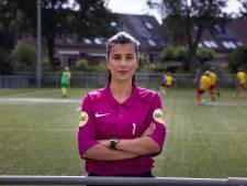 Vrouwelijke scheidsrechter Özge (24) verstopt haar ambities niet: 'Bij jongens fluiten leer ik veel meer'