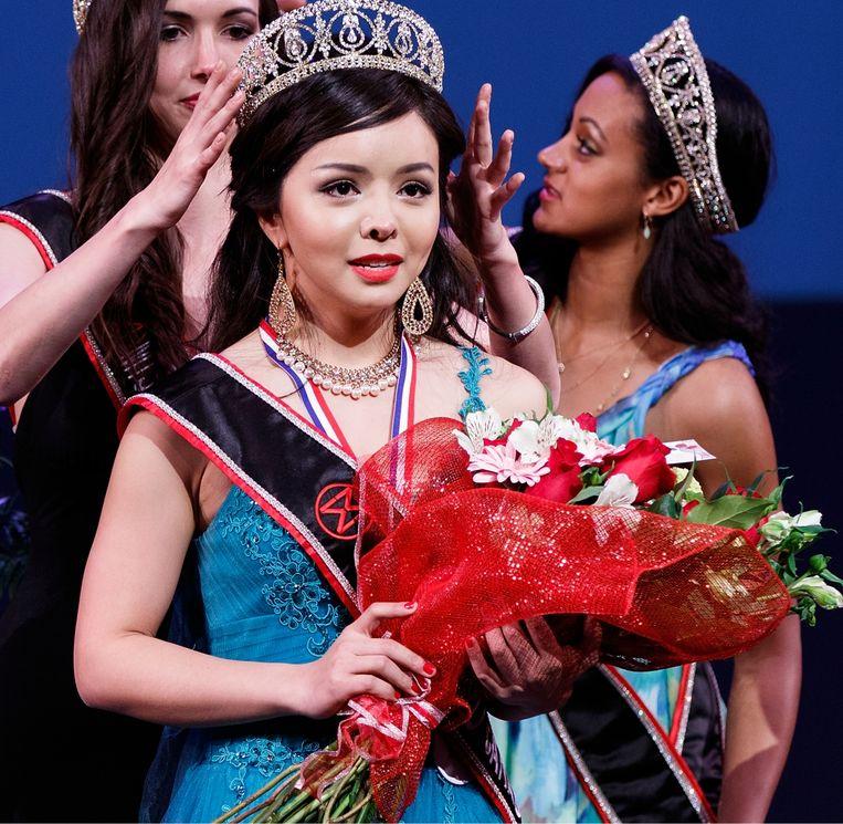 Mei 2015: Lin wordt alsnog gekroond tot Miss World Canada, nadat ze in 2013 derde was geworden omdat ze niet had willen deelnemen aan het badpakkendefilé. Beeld