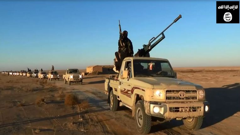 Een still uit een propagandavideo van ISIS. Militanten rijden door de woestijn van de provincie Nineveh. Beeld AFP