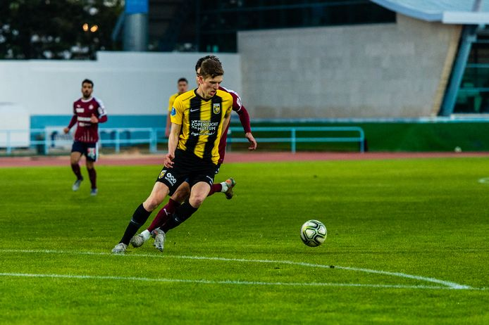 Daan Huisman bij zijn debuut in het eerste team van Vitesse. Hij draait in de wedstrijd tegen Servette Genève  weg met de bal.