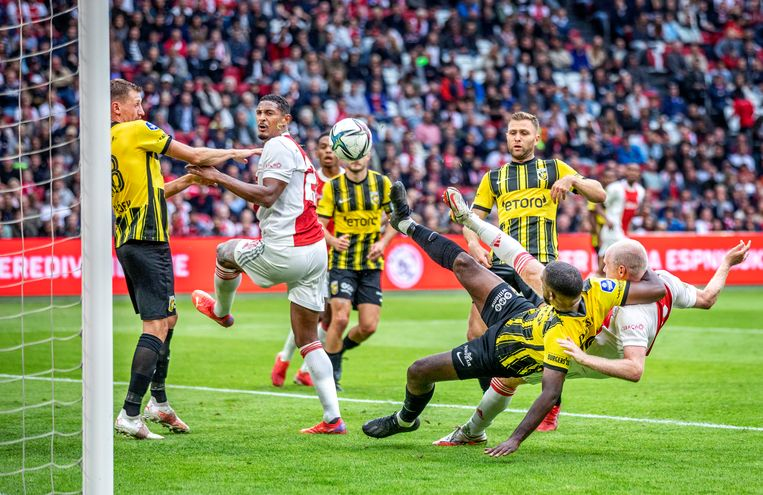Ajax-spits Sébastien Haller (links) in de scrimmage voor de tweede goal tegen Vitesse. Beeld Raymond Rutting / de Volkskrant