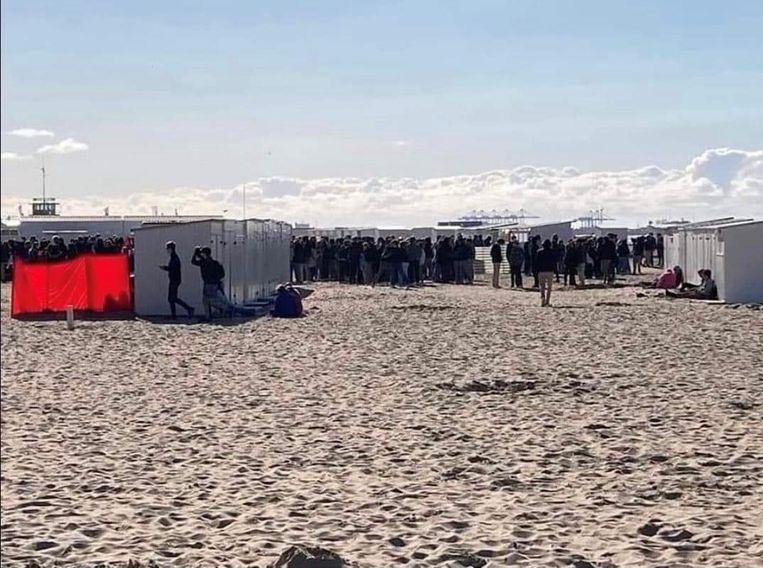 Jongeren troepen samen op strand van Knokke. Beeld rv