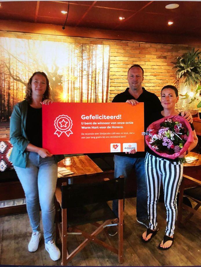 De prijs voor een 'Warm Hart voor de Horeca' van acceptant Silvia Franse van De Zeeuwse (links), in ontvangst genomen door Koen Tesselaar en Anne-Bouk van der Hoeven  van het Sint Jacobscafé.