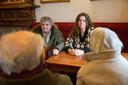 Rob en Silene in gesprek met hun Britse lotgenoten. 'Na een paar maanden zei iemand: Zijn jullie er nog niet overheen?'