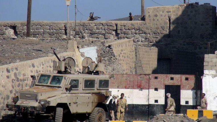 Soldaten van het regeringsleger bewaken de ingang van een legerbasis in Aden Beeld reuters