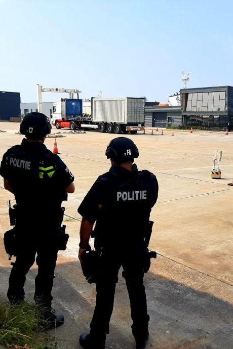 Gewapende politie en douane zoeken naar drugs op Panamees schip in Vlissingse haven