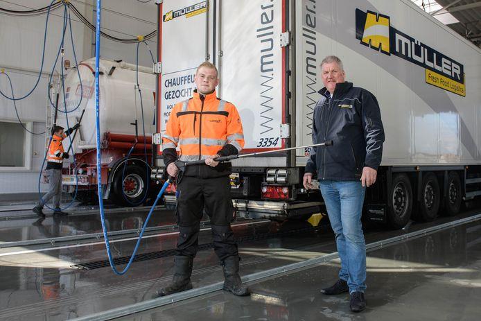 De nieuwe wasstraat van Muller European Truck en Trailer Care is maandag in gebruik genomen. Mart Jaarsma (links) en Anton Muller.