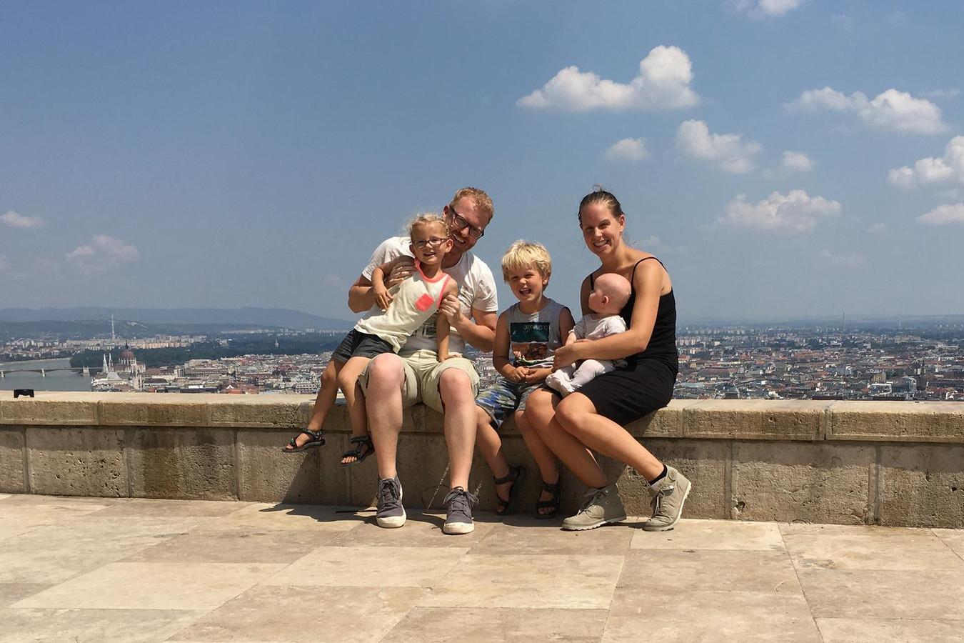 Het gezin Van Twillert met Lucas, Noa, Sem, Zoë en Esther in hun nieuwe leefomgeving.