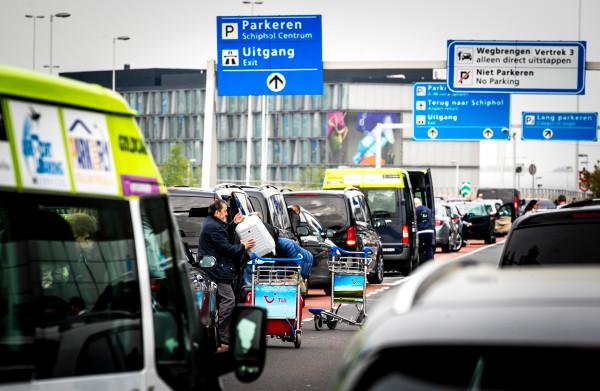 Lezers over parkeertarief **'kiss & ride'** Schiphol: 'hypocriet en klantonvriendelijk'