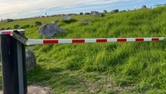 Vernielde slagboom bij Slag Beukel in 's-Gravenzande.