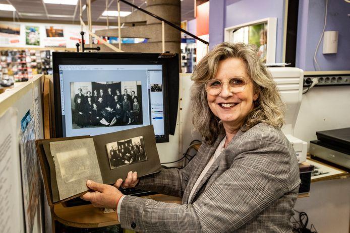 Jacqueline Bakker van Foto Hekkert is maar druk met het digitaliseren van oude foto's of dia's.
