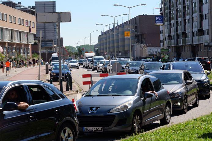 Er staan dikke rijen met wachtende auto's in Scheveningen.