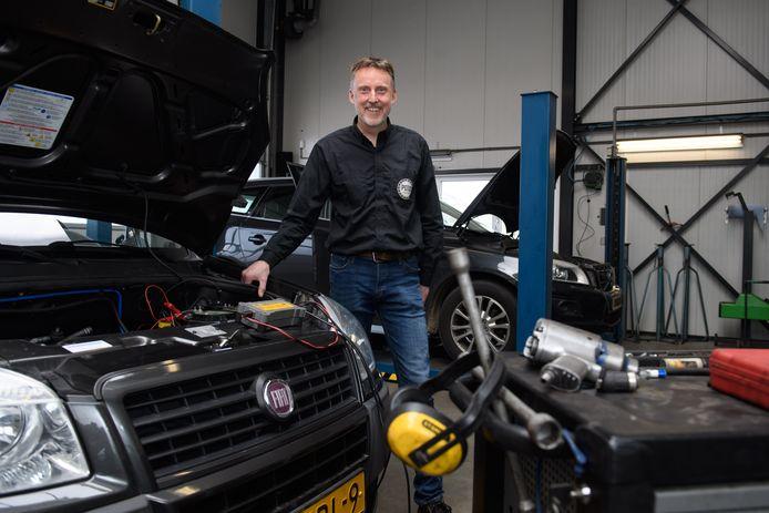 """Toen Erik Pots in 2005 het autobedrijf van zijn ouders overnam, koos hij er voor om op dezelfde kleinschalige manier verder te gaan. Hoe hij zich staande houdt tussen de grote autobedrijven? """"Niet op één paard wedden."""""""
