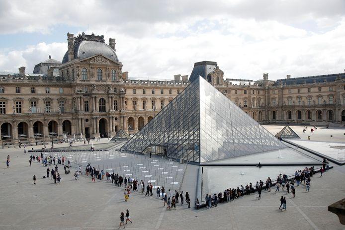 De buitenkant van het Louvre.