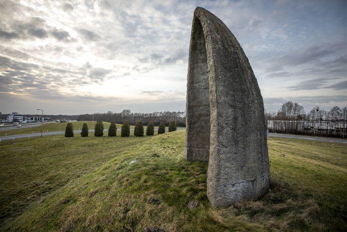 Kunstobject aan de A1 ter hoogte van afrit Oldenzaal-Zuid. Zonnewijzer? Theekoepel of Mariakapelletje?