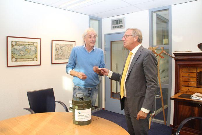 Burgemeester De Boer (r) overhandigt de usb-stick met 807 namen aan René Bastiaanse.
