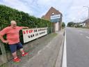 De boodschap aan de haag van Luc Wauters langs de Alsembergsesteenweg in Huizingen is duidelijk. De man protesteert tegen de fusie van zijn bankkantoor.