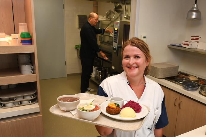 Lisette Roelofs met een verse maaltijd. Patiënten in het Maasziekenhuis hebben volop keuze en kunnen zelf hun menu samenstellen.