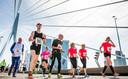 De winnaars zijn al een eeuwigheid voorbij, maar dat doet er niet toe. De Erasmusbrug gaf menigeen nieuwe energie tijdens de jaarlijkse marathon. En hoe vermoeid je ook was, het uitzicht bleef fenomenaal.