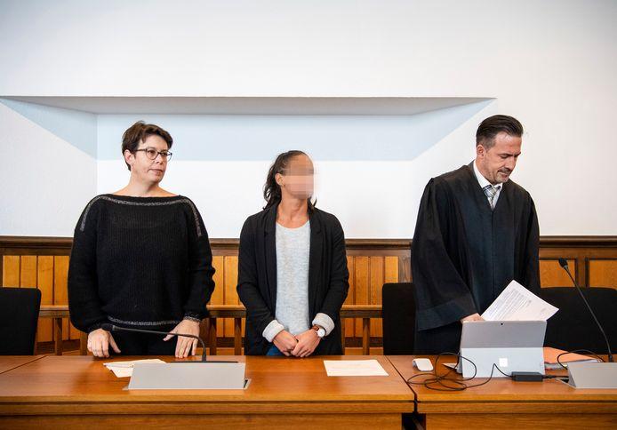 Madiea G. (midden) met tolk (links) en advocaat.