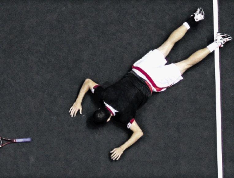 De Spaanse tennisser Garcia-Lopez heeft zich uit pure vreugde laten vallen na zijn triomf in Bangkok. (FOTO EPA) Beeld EPA