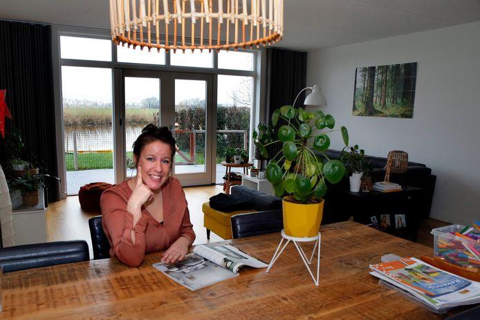 Arianne den Uijl-de Kreij in haar woning in Giessenburg.