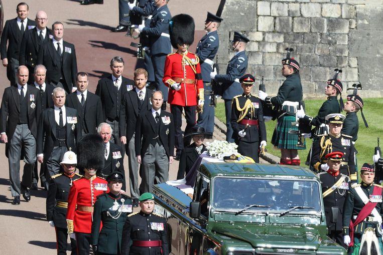 De kist van prins Philip onderweg naar de kapel. Beeld EPA