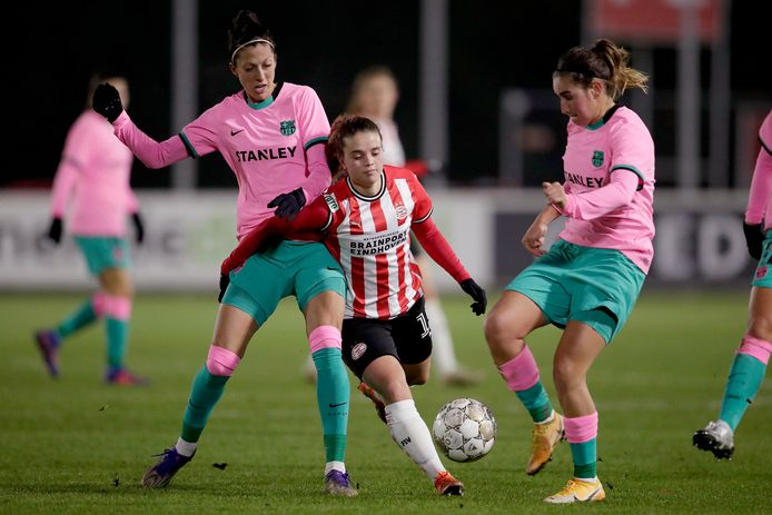 Jeslynn Kuijpers in de thuiswedstrijd van PSV tegen Barcelona tussen Jenni Hermoso en Mariona Caldentey.