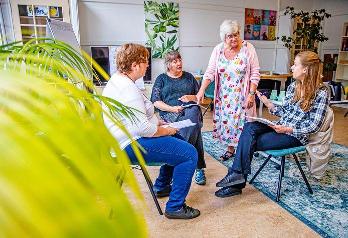 Trainer/coach Lenneke Elfers in gesprek met enkele bezoekers van de herstelacademie tijdens de cursus WRAP (Wellness Recovery Action Plan). Rechts op de foto: de 35-jarige Lucia.