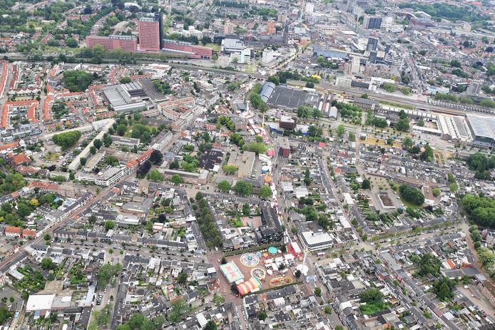 Wat een lint! Vanaf de Besterd (onder) zie je de kermisattracties richting de binnnstad.