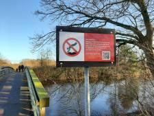 Een verfrissende duik van een brug in de Regge?  Vergeet het maar, de gemeente verbiedt het!
