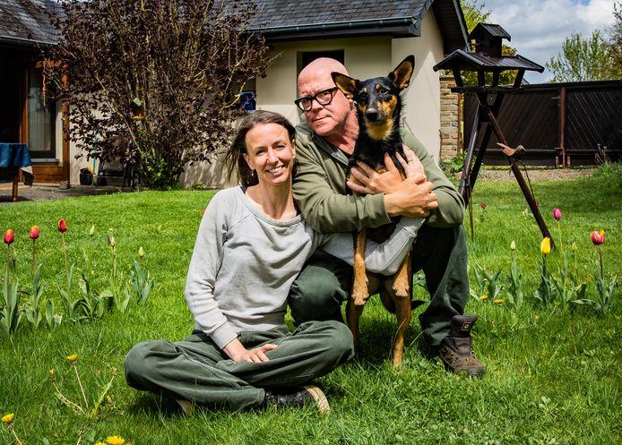 Veel handen op één buik: Jana Elza Wuyts, Marnix Peeters en Boef in hun tuin in de Oostkantons.